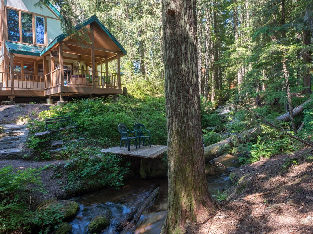 Boho chic cabin in govy near trails creek hot tub decks for Romantic cabins oregon