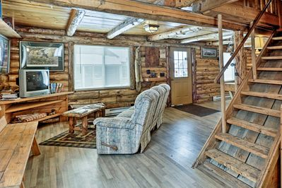 This spacious 1,000-square-foot cabin has beds for 4.