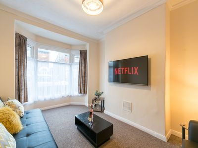 Photo for JESOUTH LUXURY HOME- CLOSE TO HULL UNI & CITY CENTRE WITH Netflix and wifi