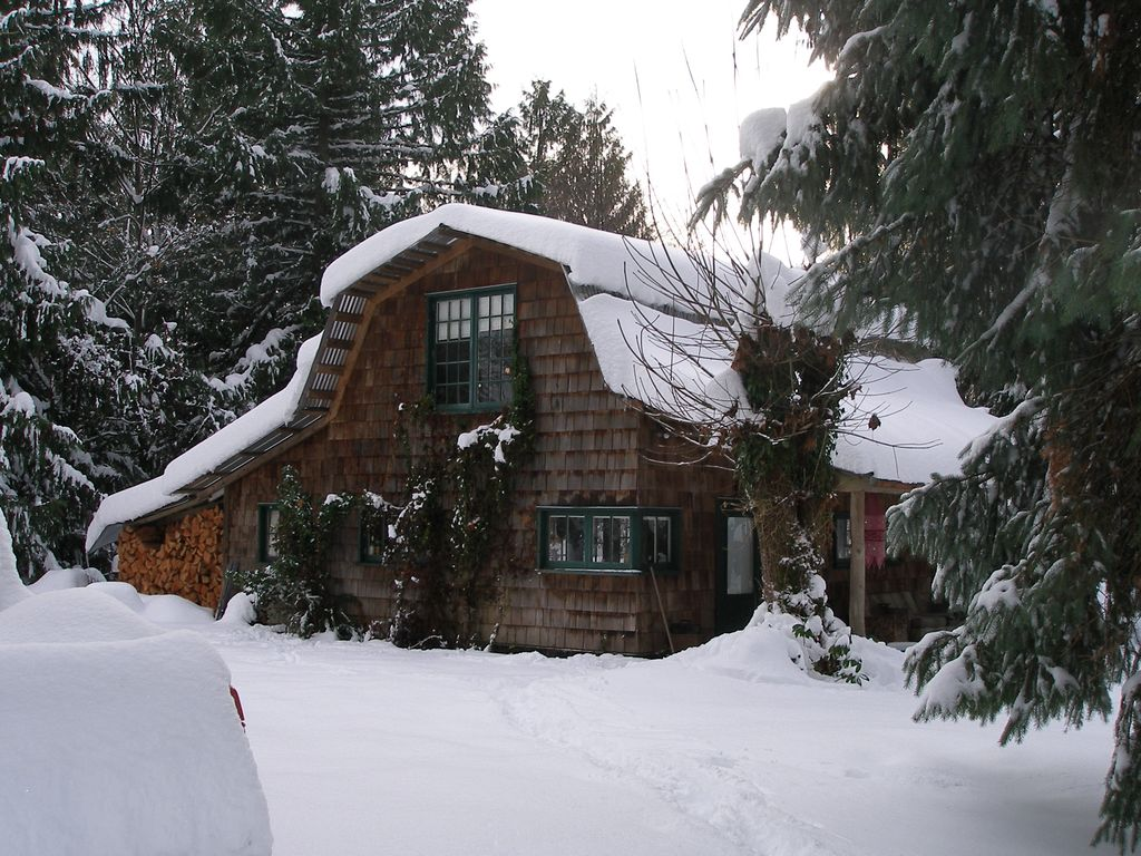 Applewood Cottage   Refurbished Barn Just Five Minutes To Downtown Courtenay!