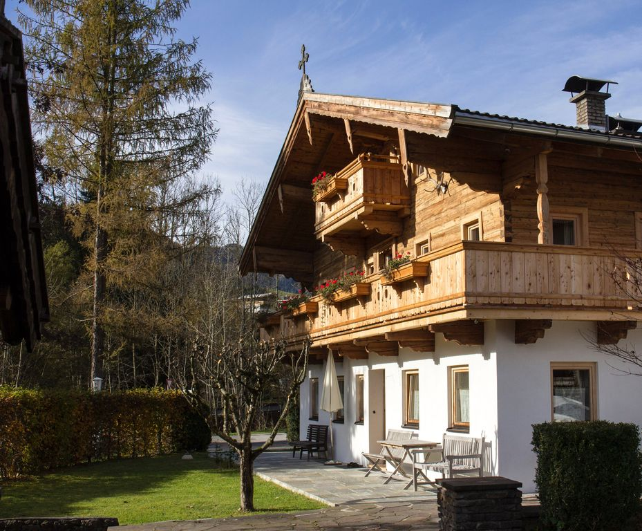 Traditionelles 200 jahre altes tiroler bauernhaus for Modernes wellnesshotel tirol