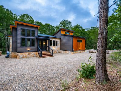 WILL HIKE FOR TACOS brand new May 2020 construction cabin on a creek sleeps 8