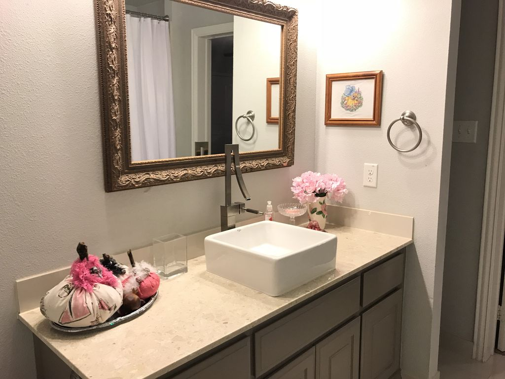 Full Bedroom with private bath at The Big Green House B&B - 15 min to WinStar