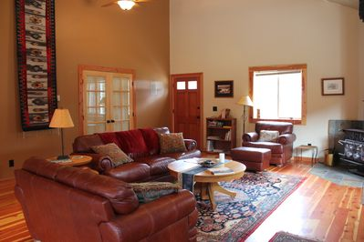 Open Living area with vaulted ceilings and comfortable furnishings.