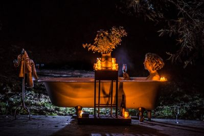 Luxuriate in the bath over the pond. Bubbly, stars and privacy.