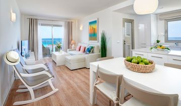 STUNNING MODERN APARTMENT ON FRONT ROW OF THE BEACH. Wi-Fi  & PRIVATE PARKING