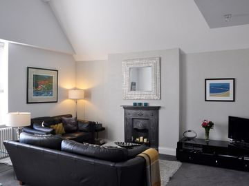 Luxury Penthouse Apartment - Great Location - Sky TV, Wi-Fi & Private Parking