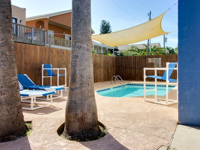 Photo for Cozy guest house for 4 - shared pool, beach access nearby!