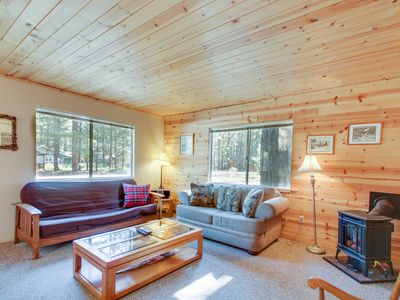 Photo for Centrally located cottage with fireplace for comfort, close to ice rink!