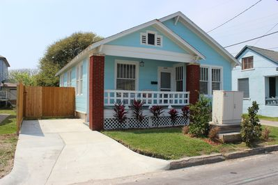 Adorable beach cottage with private driveway and relaxing front porch