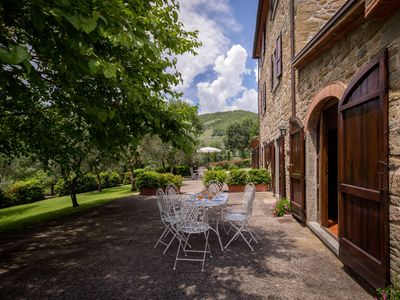 Photo for Apartment in villa with WIFI, pool, pets allowed, panoramic view, parking, close to Cortona