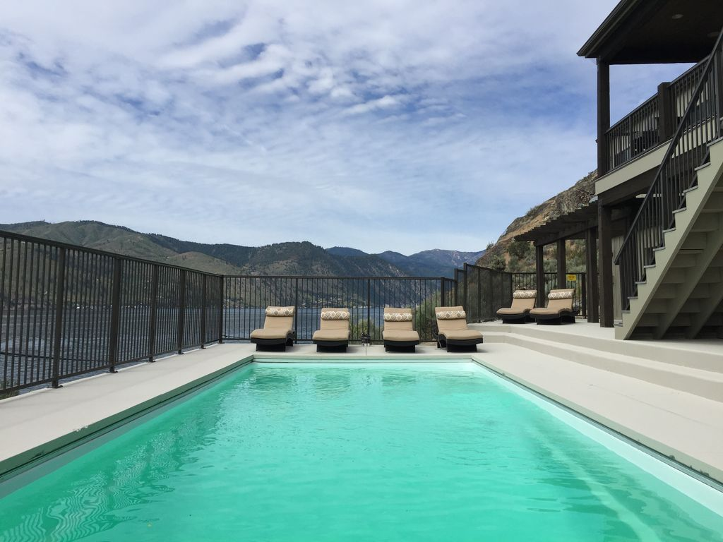 Waterfront retreat with private pool homeaway chelan for Waterfront retreat