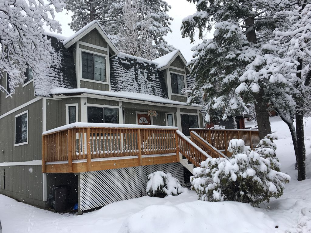 Cabin on the corner new hot tub popular lovely 2 story for Big bear cabins with jacuzzi tubs