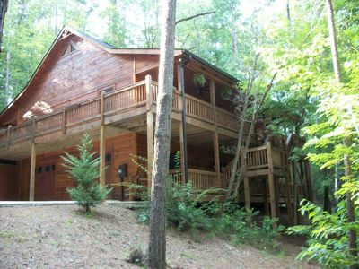 Luxury cabin, tranquil, secluded, just minutes from town!  WIFI Stone Fire Pit!!