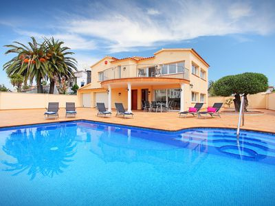 Photo for This 5-bedroom villa for up to 10 guests is located in Empuriabrava and has a private swimming pool