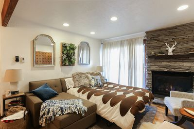 Beautiful Living Room w/ Gas Fireplace, Wall Mounted Smart TV and Pullout Couch