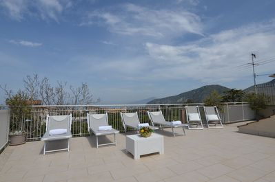 The sun terrace, exclusive. Equipped with 12 sunbeds, table and chairs.