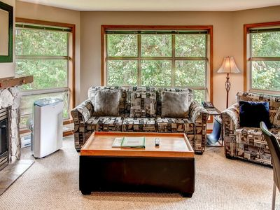 Prime Ski-in Ski-out Location! Top Floor Unit, Pool, Hot tubs, BBQ (552)