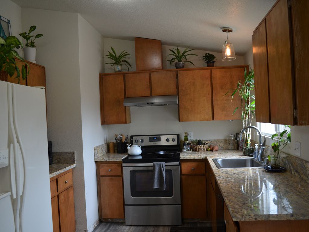 Clean House with Indoor and Outdoor Space. - 1318784