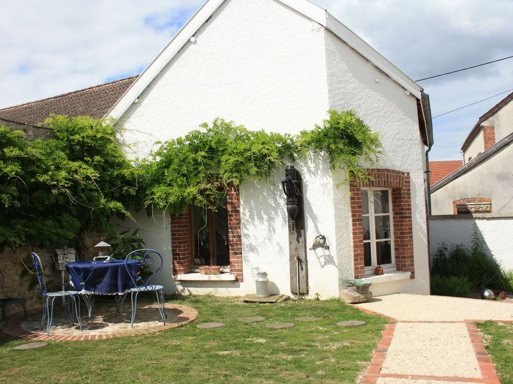 Typically champagne house with enclosed courtyard garden for Homes with enclosed courtyards