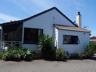 Photo for Relaxed kiwi bungalow 2 minutes walk to the beach