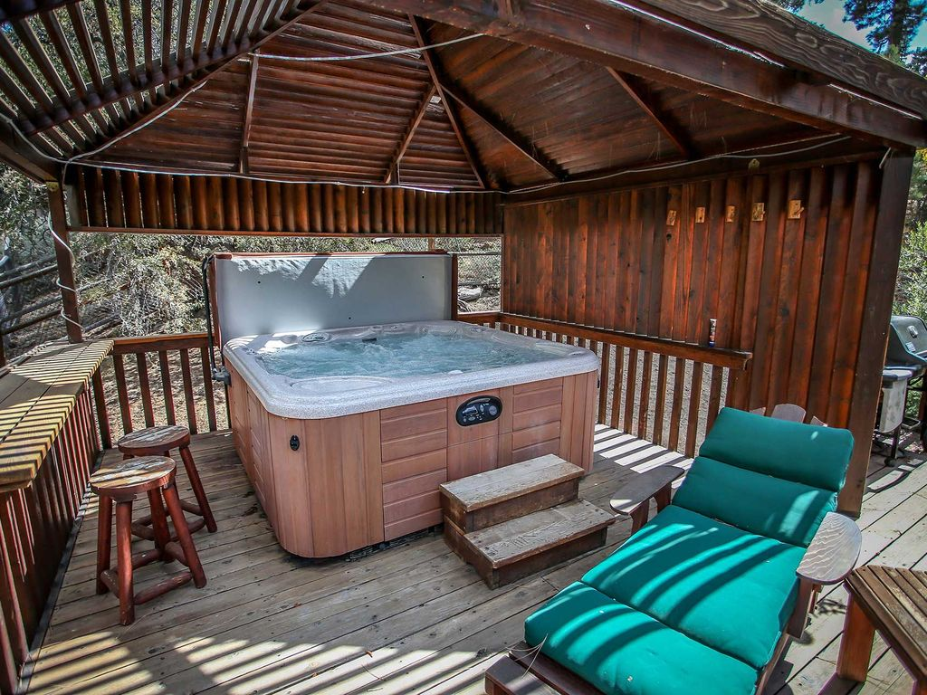 Alpine lodge 3 bd luxury family cabin hot tub game room for Big bear cabins with jacuzzi tubs