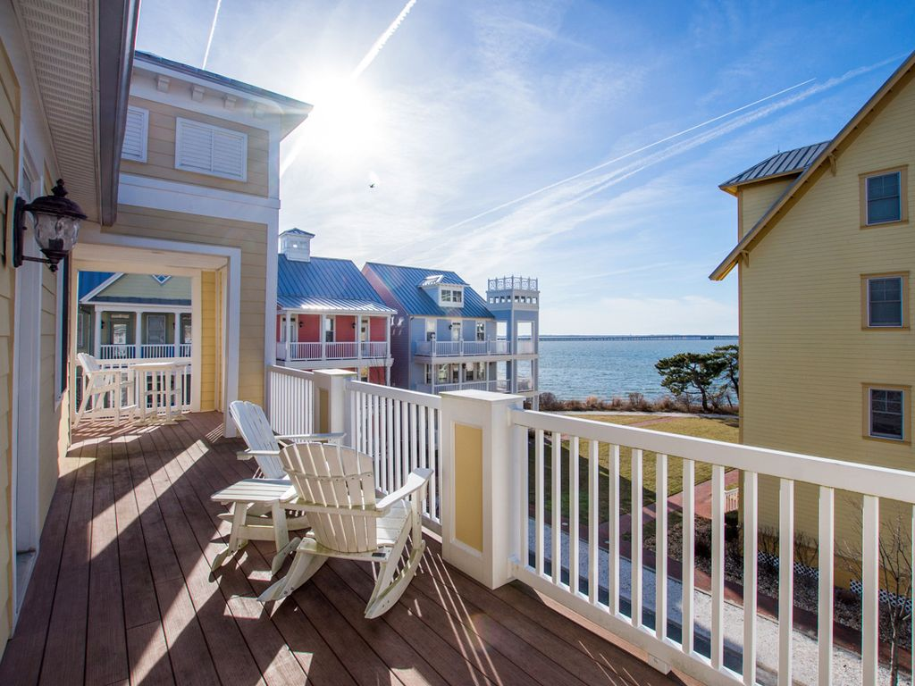 A beautiful community located on the bayside at 67th Street. Feel the luxury as you enter the gated community just two blocks from the beach.