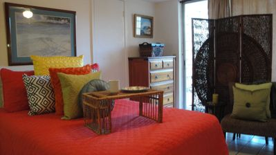 Comfy Studio with Southern exposure Balcony in the heart of Waikiki.