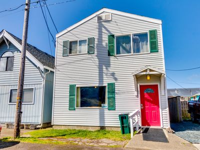 Photo for Colorful, retro & dog-friendly + only a block to seven miles of beach!