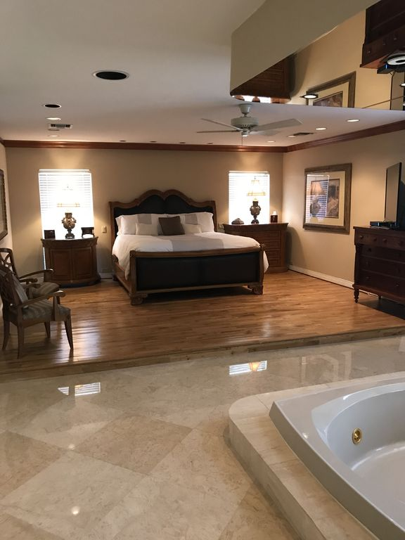 Waterfront home sleeps up to 14 guests !!!