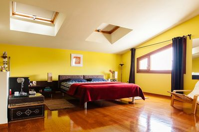 The loft master room of the villa, featuring a kind bed.