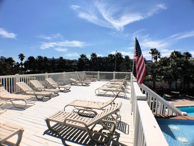 Classy Condo Overlooking Pool, Workout Room, Near Seawall (102)