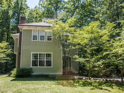 Photo for Hot tub, screened porch, fireplace, quiet location near downtown - small dog OK!