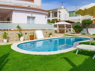 Photo for Beautiful apartment for 8 people with WIFI, private pool, TV and parking