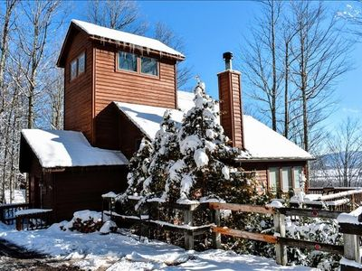 Impeccably maintained home, Views, minutes to skiing & breweries! Hot tub! Sleeps 10!