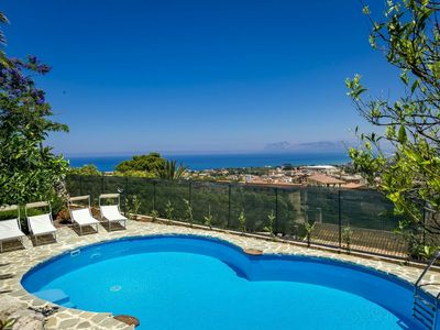 Photo for Spacious apartment with shared pool and only 3km from the sea!