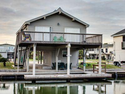 Upscale, dog-friendly, bayside retreat with private dock & shared pool