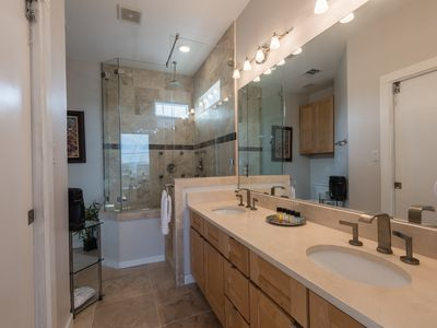 Photo for 2 bed 2 bath modern apt. right in Central Austin