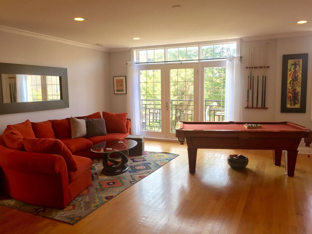 2 miles away from McCormick Conventions. 3bd/2bath professionally managed condo