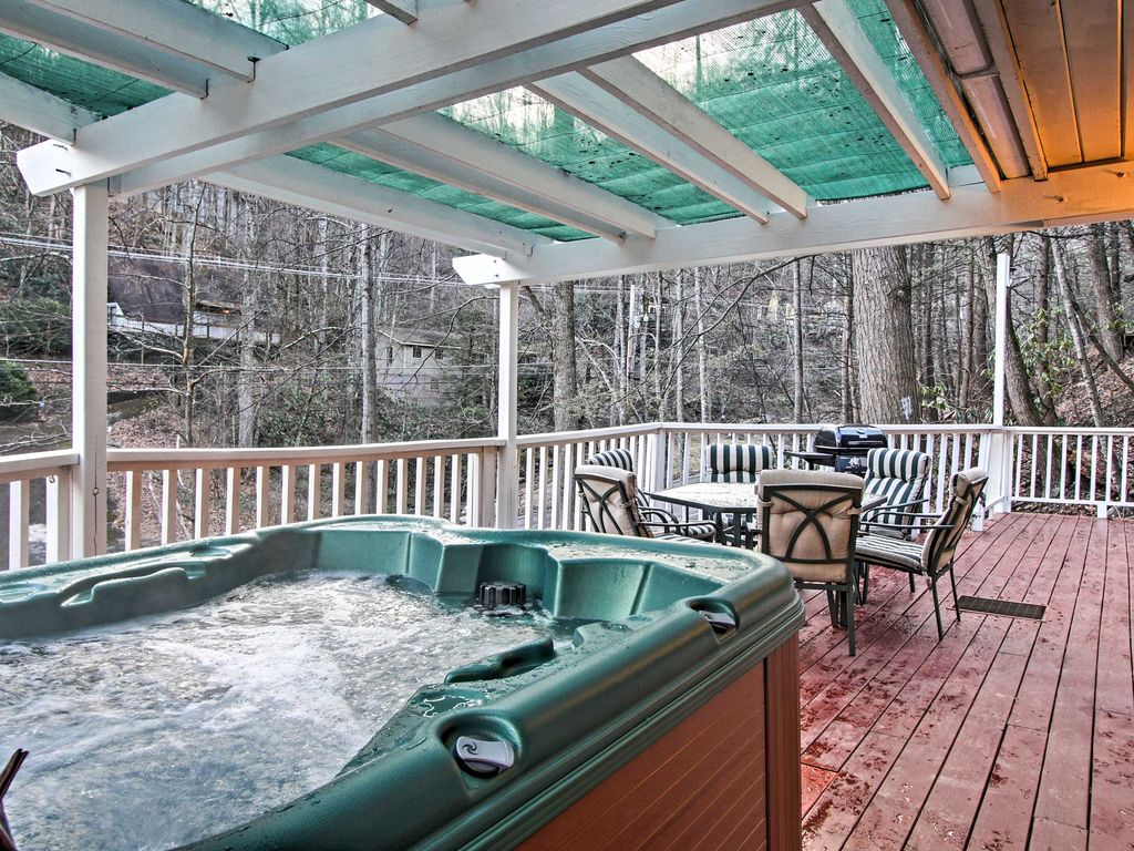 Cozy 2br gatlinburg cabin w deck private hot tub for Cabin in gatlinburg with hot tub