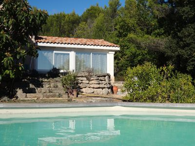 Photo for Charming little house with pool at the foot of the Luberon