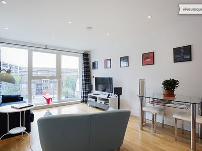 Photo for High spec apartment sleeping 4, in a vibrant central London (Veeve)