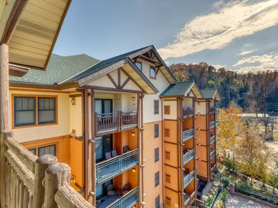 Photo for Cozy condo w/ balcony, jetted tub & shared pool/hot tub - walk downtown!