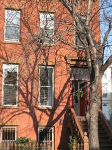Brick townhouse  steps away from restaurants, shops, bars. Close to Manhattan