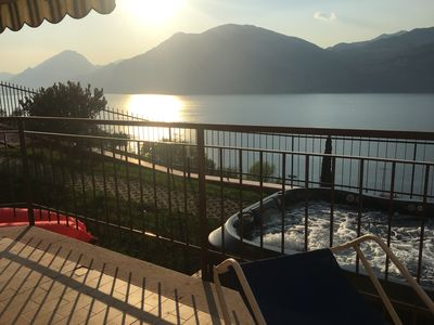 "Photo for Flat Iride ""S"" - Jacuzzi and breathtaking lake view!"