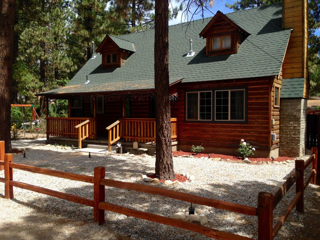 Completely remodeled stylish 2 story log cabin hot tub for Big bear 2 person cabin