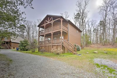Bring the whole family to this Rising Fawn cabin in Lookout Mountain!