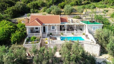 Photo for Very nice villa with pool surrounded by vineyards and olive trees