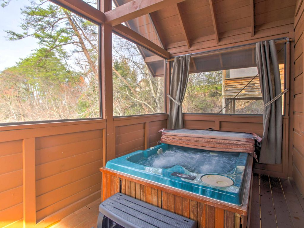 New 1br pigeon forge cabin w hot tub pigeon forge for Pigeon forge cabins with hot tub