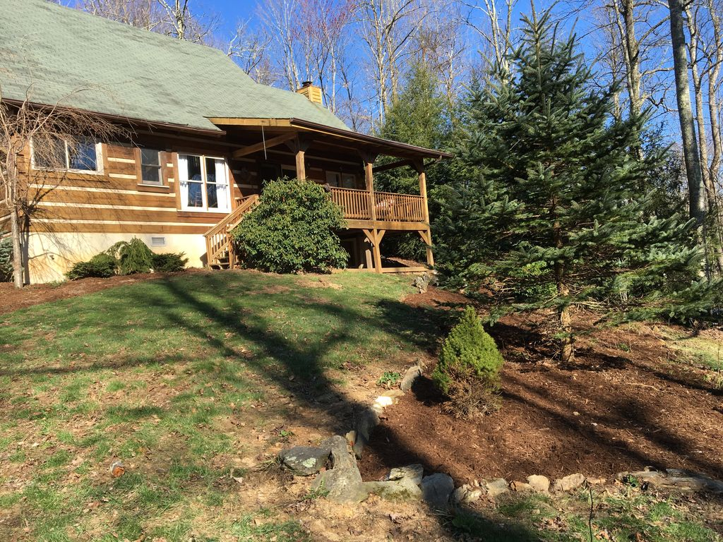 "Laurelwood - Find Your Serenity - Hot Tub, Wi-Fi, 65"" TV, Fireplace, Gardens"